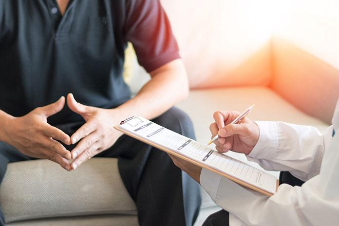 Niepłodność - mężczyzna w trakcie konsultacji z lekarzem