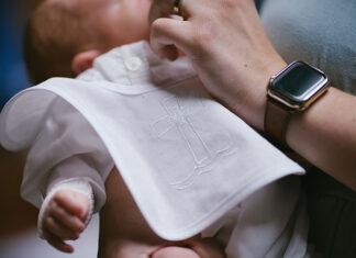 Białe ubranka na chrzest